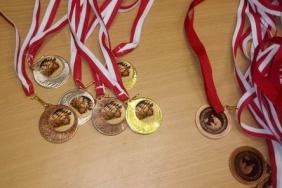 Na stole leżą medale