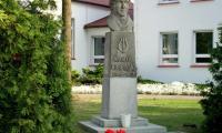 Włoszakowice_-_pomnik_K.Kurpińskiego_przy_szkole.jpg